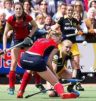 DEN BOSCH - Maartje Goderie (r) van Den Bosch in duel met Willemijn Bos van Laren, zondag tijdens de eerste finalewedstrijd , van de best of three ,  hoofdklassehockey tussen de vrouwen van Den Bosch en Laren. ANP KOEN SUYK