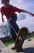 AF5CN9 Children playing at a skate park