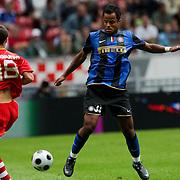 NLD/Amsterdam/20080808 - LG Tournament 2008 Amsterdam, FC Internazionale v Sevilla FC, Fernando Navarro Corbacho in duel met Mancini