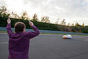 Ellen van Vugt wordt aangemoedigd door haar man. Van Vugt heeft in de VeloX S het wereldrecord verbroken in de zesuur categorie tijdens het recordweekend op de Dekra baan in Schipkau. In zes uur heeft zij 404,0 km afgelegd, gelijk aan gemiddelde snelheid van 67,3 km/h. Zij is daarmee niet alleen de snelste vrouw in deze categorie, ze laat ook alle mannen achter zich. In Duitsland worden op de Dekrabaan bij Schipkau recordpogingen gedaan met speciale ligfietsen tijdens een speciaal recordweekend.<br /> <br /> Ellen van Vugt has set a new world record in the six hours category during the record weekend at the Dekra track with the VeloX S. In six hours she has traveled 404.0 km, equal to average speed of 67.3 km / h. She is not only the fastest woman in this category, also let all the men behind her. In Germany at the Dekra track near Schipkau cyclists try to set new speed records with special recumbents bikes at a special record weekend.