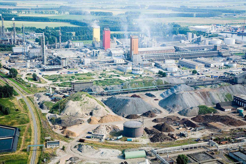 Nederland, Zeeland, Sluiskil, 04-07-2006;  Yara, stikstofbindingsbedrijf: fabricage van kunstmest, ammoniak, ureum, salpeterzuur, CO2 (kooldioxide); in de voorgrond opslag mineralen, in het verleden stond hier een cokesfabriek (tegenwoordig vormt aardgas een belangrijke grondstof voor koolstof..Yara, nitrogen compound company manufactures fertilizer, ammonia, urea, nitric acid, CO2 (carbon dioxide). There used to be a coke plant, but today naturagas is an important raw materiafor carbon. In the front storage of minerals, t.  luchtfoto (toeslag); aerial photo (additional fee required); .foto Siebe Swart / photo Siebe Swart