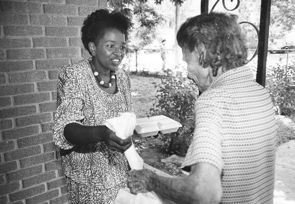 ©1989 Meals on Wheels delivery volunteer Jessica Fowler delivers in Austin, Texas