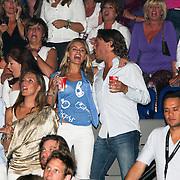 NLD/Amsterdam/20080524 - Toppers in Concert 2008, Nicolette van Dam en partner Bas Smit zingend op de tribune