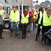NLD/Huizen/20080315 - landelijke opschoondag, wethouder en raadsleden gemeente Huizen gaan vuil opruimen