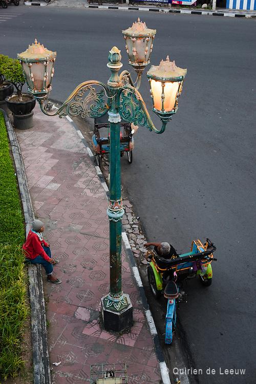 Een oude lantaarnpaal in de stad Jogjakarta herinnert aan het koloniale verleden van Indonesie. Sinds 1947 is Indonesië een zelfstandige republiek geworden,  na de onafhankelijkheidsstrijd tegen het Nederlands-Indie.