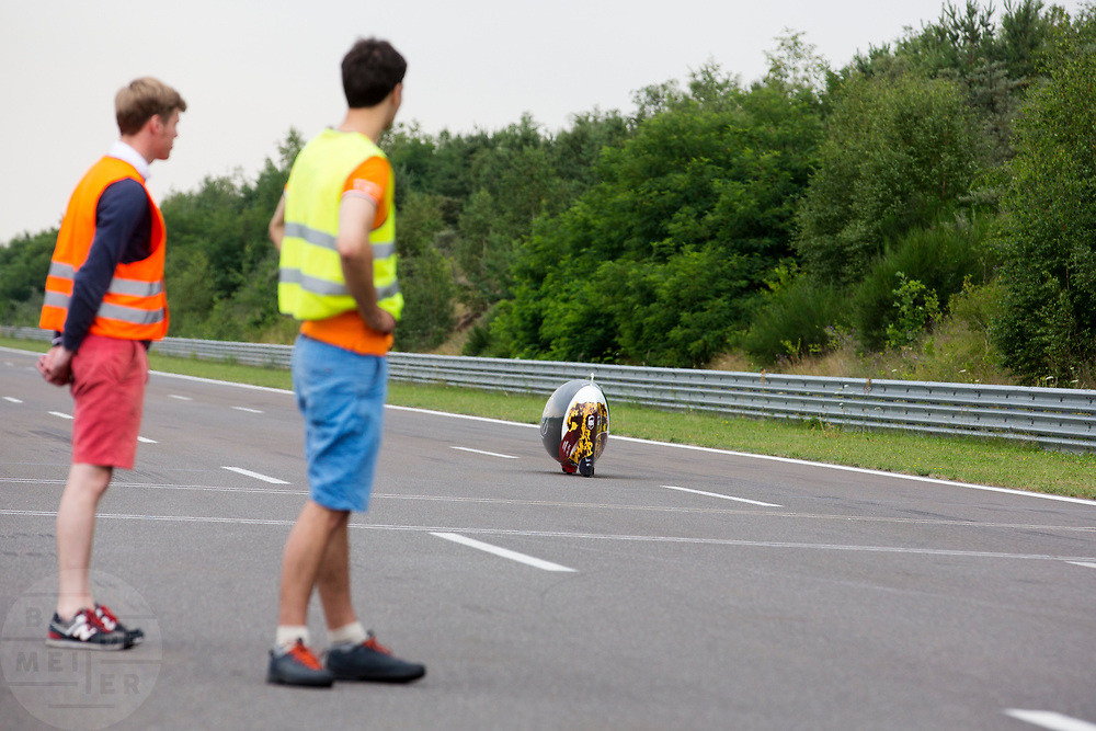 Teamleden kijken naar de run van Iris Slappendel. Het Human Power Team Delft en Amsterdam (HPT), dat bestaat uit studenten van de TU Delft en de VU Amsterdam, is in Senftenberg voor een poging het laagland sprintrecord te verbreken op de Dekrabaan. In september wil het Human Power Team Delft en Amsterdam, dat bestaat uit studenten van de TU Delft en de VU Amsterdam, tijdens de World Human Powered Speed Challenge in Nevada een poging doen het wereldrecord snelfietsen voor vrouwen te verbreken met de VeloX 7, een gestroomlijnde ligfiets. Het record is met 121,44 km/h sinds 2009 in handen van de Francaise Barbara Buatois. De Canadees Todd Reichert is de snelste man met 144,17 km/h sinds 2016.<br /> <br /> The Human Power Team is in Senftenberg, Germany to race at the Dekra track as a preparation for the races in America. With the VeloX 7, a special recumbent bike, the Human Power Team Delft and Amsterdam, consisting of students of the TU Delft and the VU Amsterdam, also wants to set a new woman's world record cycling in September at the World Human Powered Speed Challenge in Nevada. The current speed record is 121,44 km/h, set in 2009 by Barbara Buatois. The fastest man is Todd Reichert with 144,17 km/h.