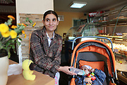 Gabriela en 2014 dans un café de Iasi avec son bébé. Gabriela est sans emploi et élève seule son enfant grâce à des allocations. Elle a quitté le père de l'enfant parce qu'il la battait. Aujourd'hui, Gabriela est toujours sans emploi et continue d'élever seule son enfant à Iasi. <br />