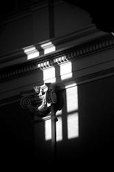 Un riflesso di un raggio di sole che penetra da una finestra nella cattedrale di Ostuni ed illumina un capitello