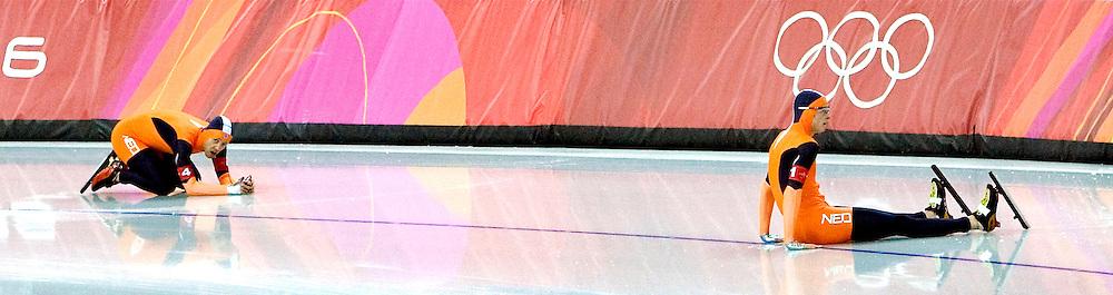 Italie, Turijn, 16-02-2006<br /> Olympische Winterspelen.<br /> Schaatsen, Ploegenachtervolging, Heren<br /> Sven Kramer zit verslagen op het ijs nadat hij op een blokje is gestapt en met Carl Verheijen (links) is gevallen.<br /> Foto: Klaas Jan van der Weij