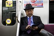 Tokyo, Un homme élégant dans le train JR de Tokyo