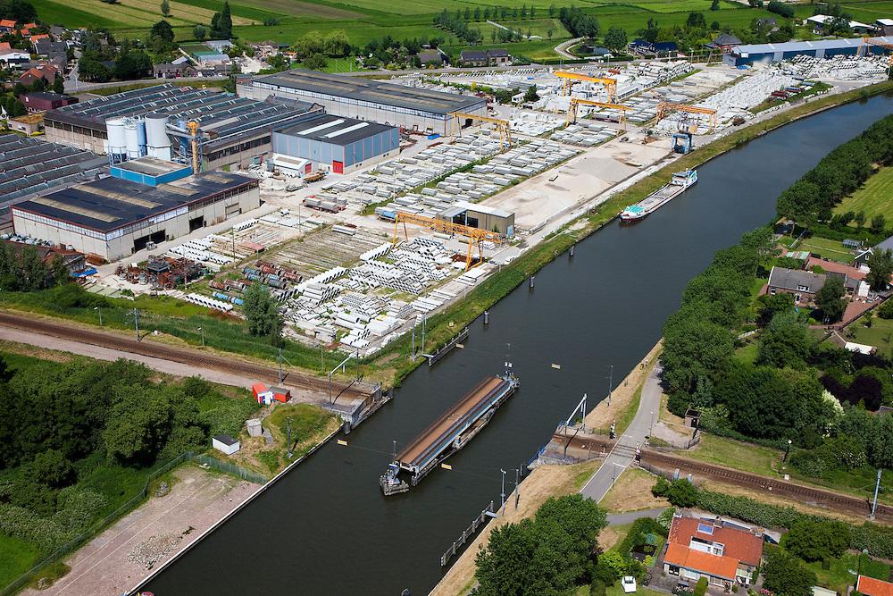 Nederland, Zuid-Holland, Arkel, 12-06-2009; Merwedekanaal met geopende spoorbrug naast bedrijventerrein met betonfabriek.Swart Collection, aerial photo (additional fee required).foto Siebe Swart / photo Siebe Swart