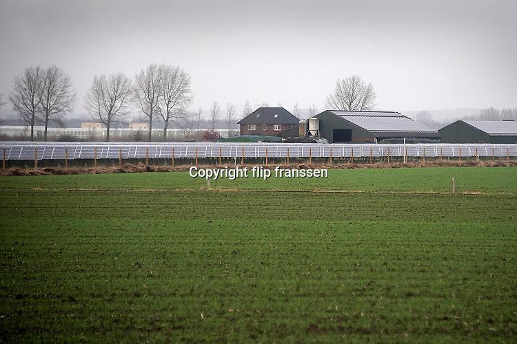 Nederland, Bemmel, 7-1-2020Een veld zonnepanelen . Het is een perceel waar voorheen landbouw of veeteelt werd bedreven . De eigenaar, boer, had geen opvolging en gaat stoppen met de veehouderij. Hij verpacht zijn land aan een private onderneming die zonnevelden wil exploiteren. Foto: Flip Franssen