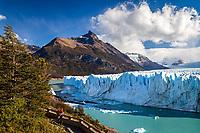 TURISTA EN LA PASARELA FRENTE AL GLACIAR PERITO MORENO, PARQUE NACIONAL LOS GLACIARES, PROVINCIA DE SANTA CRUZ, PATAGONIA, ARGENTINA (PHOTO © MARCO GUOLI - ALL RIGHTS RESERVED)
