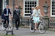 VOORSCHOTEN -Prins Willem-Alexander (L) en prinses Maxima (R) vertrekken woensdag bij Kasteel Duivenvoorde in Voorschoten met de fiets. Ze openden daar de tentoonstelling Tijdloos Trendy. De tentoonstelling is een van de activiteiten die wordt georganiseerd ter gelegenheid van het vijftigjarig jubileum van stichting Duivenvoorde. ANP ROYAL IMAGES HENDRIK JAN VAN BEEK