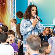 NLD/Almere/20170628 - Opening Ali B. muziek Kids Studio in Almere, Ali Bouali met kinderen