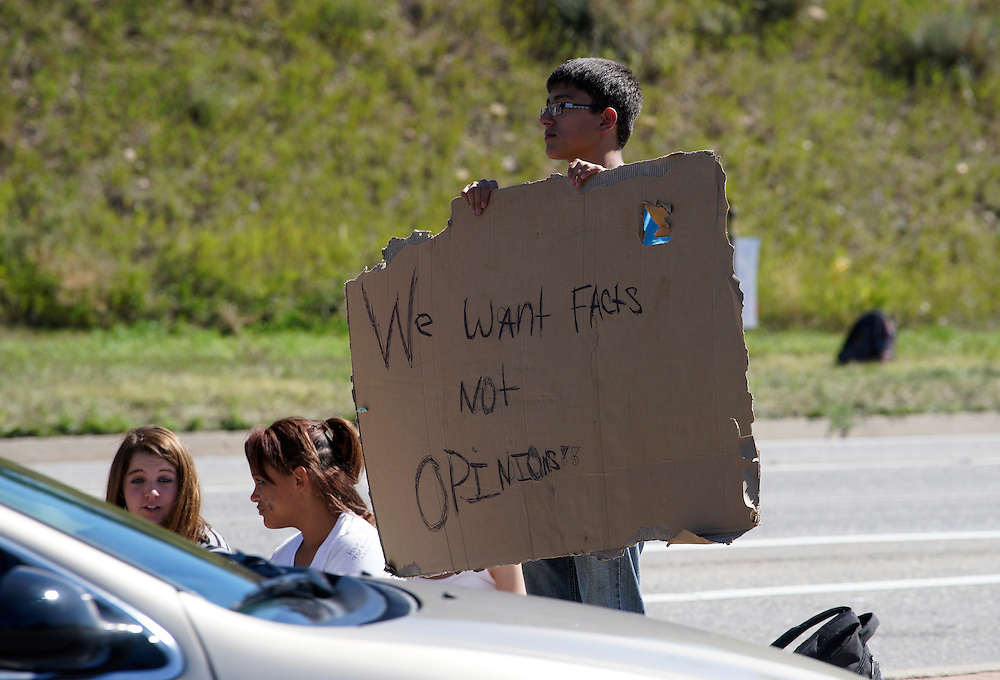 Protestors at Bear Creek High School in Lakewood, Colorado  stand on the street near the school September 25, 2014 as high school students in Colorado's second-largest school district staged a walkout again Thursday to protest proposed changes to a history curriculum that would stress patriotism and discourage civil disobedience. REUTERS/Rick Wilking (UNITED STATES)