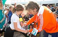 Rotterdam - International Oliver Polkamp  signeren voor het Jeugd Sport Fonds tijdens de Rabobank World Hockey League. Foto KOEN SUYK
