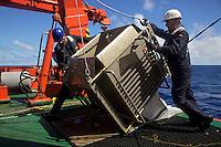 Marzo 2010. Océano Pacífico .Trabajos en la cubierta del buque oceanográfico Hespérides durante la etapa entre Auckland y Honolulu del proyecto Malaspina.<br /> <br /> © JOAN COSTA