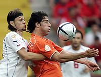 ◊Copyright:<br />GEPA pictures<br />◊Photographer:<br />Dominic Ebenbichler<br />◊Name:<br />Ujfalusi<br />◊Rubric:<br />Sport<br />◊Type:<br />Fussball<br />◊Event:<br />Euro 2004, Europameisterschaft, EM, Tschechien vs Niederlande, CZE vs NED<br />◊Site:<br />Aveiro, Portugal<br />◊Date:<br />19/06/04<br />◊Description:<br />Tomas Ujfalusi (CZE), Ruud van Nistelrooy (NED)<br />◊Archive:<br />DCSDE-190604726<br />◊RegDate:<br />19.06.2004<br />◊Note:<br />8 MB - RL/ RL -  Gemaess UEFA keine Nutzungsrechte für Mobiltelefone, PDAs und MMS- Dienste - no MOBILE - no PDAs - no MMS