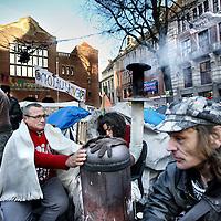 Nederland, Amsterdam , 16 november 2011..Occupy bezetters van het Beursplein trotseren de kou en verzamelen zich rond een houtkachel..Foto:Jean-Pierre Jans