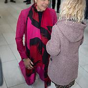 NLD/Utrecht/20200214 - Bn'ers zoeken echt contact met reizigers, Prinses Laurentien in gesprek met een klein meisje