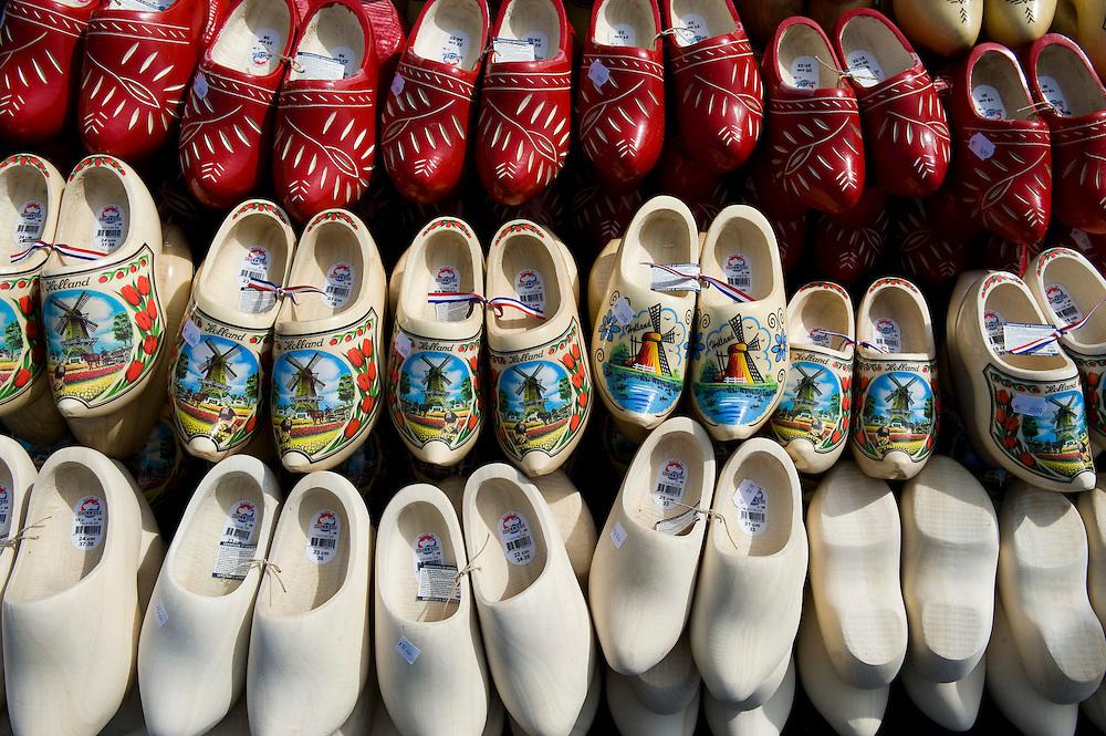 Nederland, Alkmaar, 2 april 2010.Kaasmarkt in Alkmaar. Elke vrijdag vanaf 10 tot 14.00 uur traditionele kaasmarkt met toeristische marktkramen eromheen. .klompenkraam. .Foto Michiel Wijnbergh
