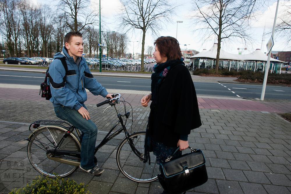 Ruth Peetoom praat in Dronten met een jong CDA lid. Ze bezoekt de provincie Flevoland en Heerenveen tijdens haar campagne als kandidaat-voorzitter van het CDA. Peetoom wil weten wat de CDA leden willen en haar verhaal vertellen, zodat de leden weten op wie ze kunnen stemmen