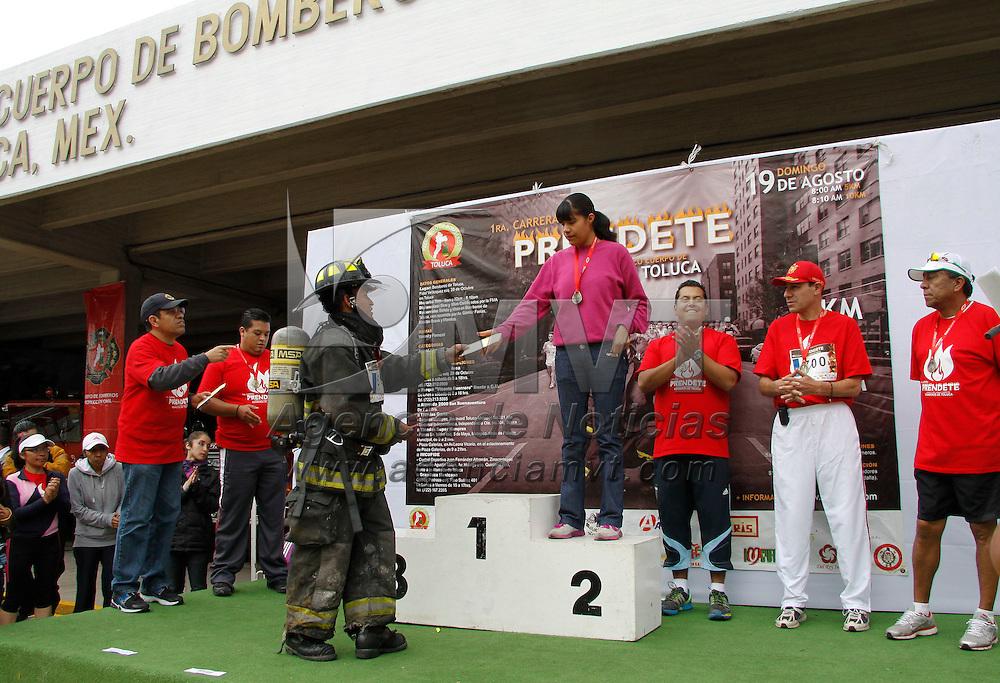 """Toluca, México.- Más de 700 corredores participaron en la primera carrera """"Prendete""""  a beneficio del cuerpo de Bomberos de Toluca, integrantes de esta corporación también participaron y corrieron con su equipo de trabajo. Agencia MVT / Crisanta Espinosa"""