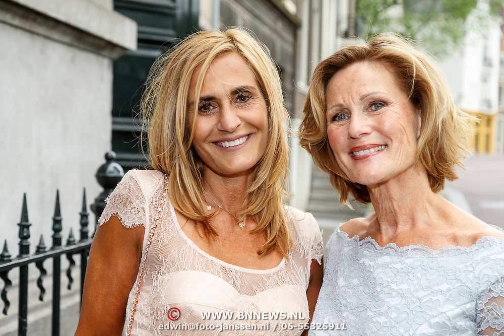 NLD/Amsterdam/20150620 - Huwelijk Kimberly Klaver en Bas Schothorst, moeder Patrica Klaver en moeder van Bas Schothorst