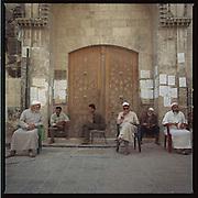 Syrie-Aleppo-september 2002.<br />Ingang van de grote Omayyad moskee.<br />Blinde mensen wachten voor de ingang, voor een financieele bijdrage van de moskeegangers.<br />Foto: Sake Elzinga