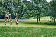 Nederland, Nijmegen, 12-6-2016In het Goffertpark zijn door scholen, gesteund door de gemeente, insectenhotels geplaatst. Ze bieden onderdak aan verschillende soorten insekten zoals bijen, hommels, vlinders en  lieveheersbeestjes. Kinderen hebben de kasten gemaakt. Er zitten veel gaatjes en gangetjes in. Het gras onder de palen is ingezaaid met wilde bloemen zodat een bloemenweide kan ontstaan wat voor  de beesjes een habitat wordt .Foto: Flip Franssen