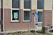 Nederland, Groesbeek, 31-10-2012Bouwvakkers zijn bezig met het afbouwen van huizen in de wijk Stekkenberg. Woningcorporatie Oostpoort bouwt huur en koopwoningen.Door de slechte economische situatie worden veel van de nieuwbouwplannen gewijzigd of uitgesteld.Foto: Flip Franssen/Hollandse Hoogte