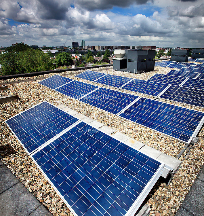Nederland, Amsterdam , 12 juli 2012..De zonnepanelen op de daken van het recent ontwikkelde woon-werkproject Funenpark..Foto:Jean-Pierre Jans