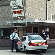 Politieauto bij TMF Bussum na vechtpartij, rechts Fred Brandsen