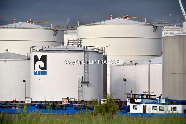 Nederland, Amsterdam, 19-11-2018 Main B.V. ,Maritieme Afvalstoffen Inzameling Nederland, is een afvalverwerker voor afgewerkte olie en heeft diverse inzameldepots . Inzamelaar voor alle oliehoudende afvalstoffen afkomstig van automotive en industrie. In deze depots worden de stoffen opgeslagen die Main zelf inzamelt of door derden worden aangeleverd.MAIN beschikt over milieuboten en opslagdepots voor KGA, klein chemisch afval, oliemegsels en watermengsels. Doet ook tankcleaning . Scheiding en waar mogelijk hergebruik van de ingezamelde afvalstoffen uit alle sectoren. Door de inzameling en verwerking worden uiteindelijk de afvalstromen weer ingezet als basis voor hergebruik.FOTO: FLIP FRANSSEN