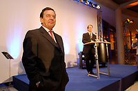 13 JAN 2003, BERLIN/GERMANY:<br /> Gerhard Schroeder (L), SPD Bundeskanzler, und Franz Muentefering (R), SPD Fraktionsvorsitzender, waehrend der rede von Muentefering, Neujahrsempfang der SPD Bundestagsfraktion, Fraktionsebene, Deutscher Bundestag<br /> IMAGE: 20030113-02-038<br /> KEYWORDS: Gespräch, Franz Müntefering, Gerhard Schröder