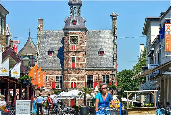 Nederland, Gennep, 11-6-2015De ooievaars op de schoorsteen van het historische stadhuis vormen een vast onderdeel van het stadsbeeld, aangezicht van het historische centrum van dit stadje in noord limburg. De mensen beschouwen het nest als medebewoners van het stadscentrum.FOTO: FLIP FRANSSEN/ HOLLANDSE HOOGTE