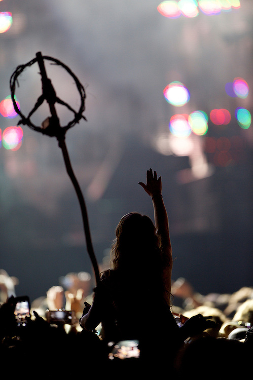 A woman waves to Sir Paul McCartney while another reveler holds a Peace Sign during his performance at the Firefly Music Festival in Dover, Delaware June 19, 2015.  According to organizers, attendance exceeded 90,000 for the four day festival, which featured more than 110 acts, and was set in 105 acre grounds of the Dover International Speedway.
