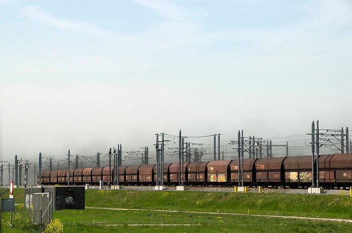 Betuwelijn, 29 april, 2010.Goederentrein over de betuwelijn, met een wolk roet achter zich aan..(c)renee teunis