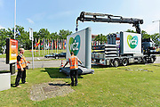 Nederland, Nijmegen, 10-7-2014Nijmegen bereidt zich voor op de 4daagse en de bijhorende zomerfeesten. Op het Trajanusplein worden de vlaggen van aale landen waar deelnemers vandaan komen opgehangen. Vanaf zondag kan men zich inschrijven. Dinsdag vertrekken de eerste lopers over de Waalbrug naar de Betuwe, dag van Elst.FOTO: FLIP FRANSSEN/ HOLLANDSE HOOGTE
