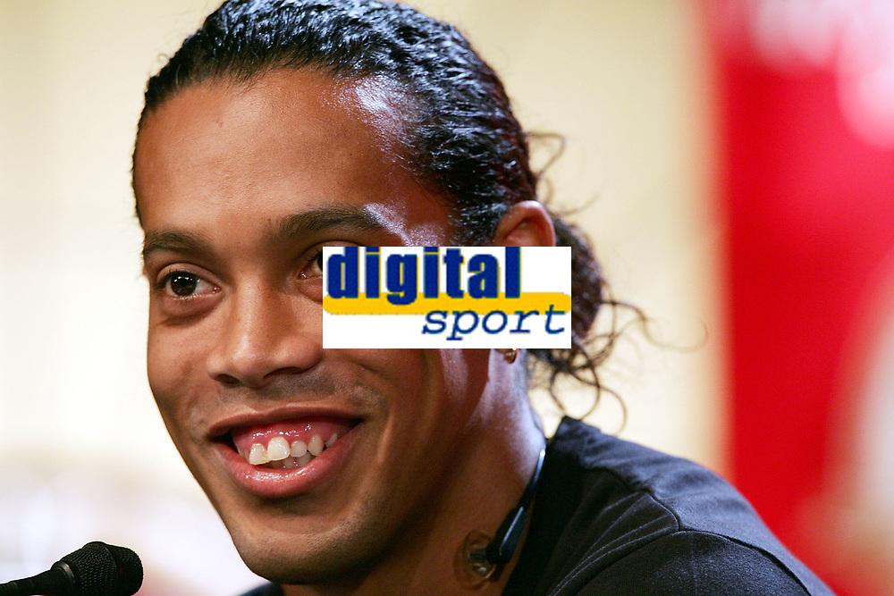 Ronaldinho (BRA) bei der Pressekonferenz. © Valeriano Di Domenico/EQ Images