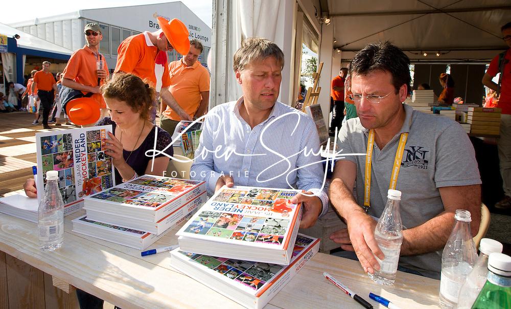 DEN HAAG - Jacques Brinkman,, Floris Jan Bovelander en Sylvia Karres . Signeren boek 115jaar KNHB Rabobank World Cup Hockey 2014 . COPYRIGHT KOEN SUYK