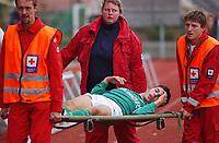Tore Hansen, Mandalskameratene, bæres av banen med skade. På båre.<br /> <br /> Fotball: Moss - Mandalskameratene. 1. divisjon 2004. 26. september 2004. (Foto: Peter Tubaas/Digitalsport)