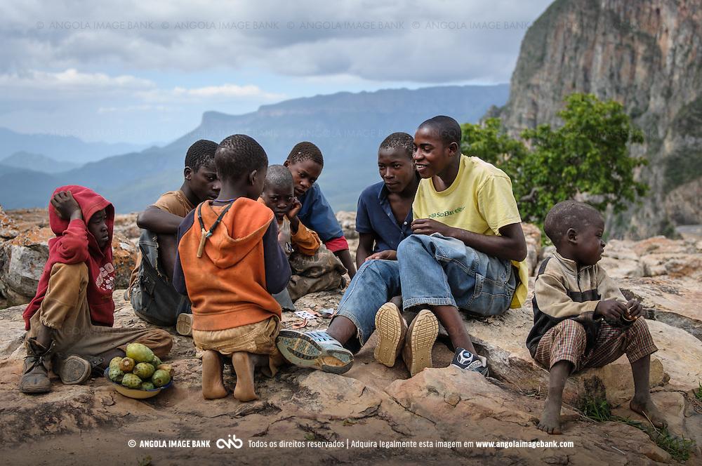 Miúdos a jogarem cartas na Serra da Leba. Província da Huíla, Angola.
