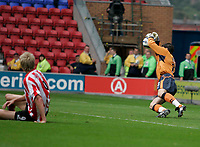 Photo: Peter Phillips.<br /> Wigan Athletic v Sunderland. The Barclays Premiership.<br /> 27/08/2005.<br /> Jon Stead sees his shot well saved by Pollitt