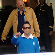 NLD/Amsterdam/20060620 - Robbie Williams verlaat het hotel voor een soundcheck