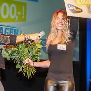 NLD/Bussum/20151106 - Sky Radio's 60 Dagen Superprijzen stoelendans actie, Quinty Trustfull - van den Broek en winnares Mandy Roodenburg
