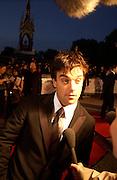 Robbie Williams, Fashion Rocks in aid of the Princes trust, royal albert Hall, 15  october 2003.   © Copyright Photograph by Dafydd Jones 66 Stockwell Park Rd. London SW9 0DA Tel 020 7733 0108 www.dafjones.com