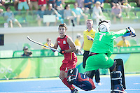 RIO DE JANEIRO  (Brazilië) -  Thomas Briels (Belg.) with Goalkeeper George Pinner (GB)  during the poule match hockey men Belgium v Great Britain (4-1),  Olympic Games 2016 . Copyright Koen Suyk
