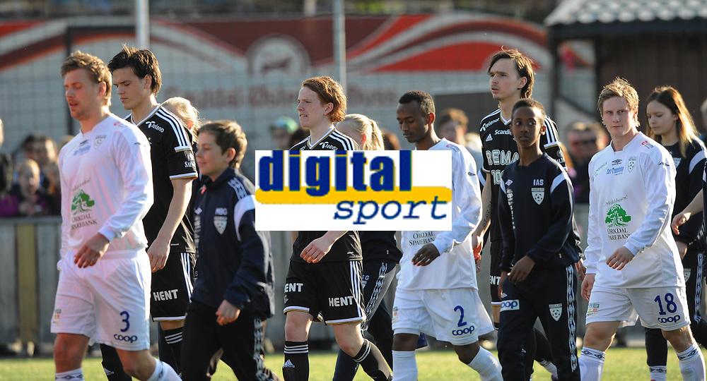 Fotball NM Cup 1.runde Orkla-Rosenborg<br /> 24 april 2014<br /> <br /> Orkdalsbanken Stadion, Fannrem<br /> <br /> Lagene kommer inn på Orkdalsbanken Stadion: Foran fra venstre : Orkla : Nr. 3 Morten Pedersen, Nr.2 Hassan Ahmed Halane og nr 18 Erik Bjørkli Helgetun. Bak fra venstre : Rosenborg : Debutant Bent Sørmo, Debutant Aslak Fonn Witry og Ole Selnæs<br /> <br /> <br /> Foto : Arve Johnsen, Digitalsport